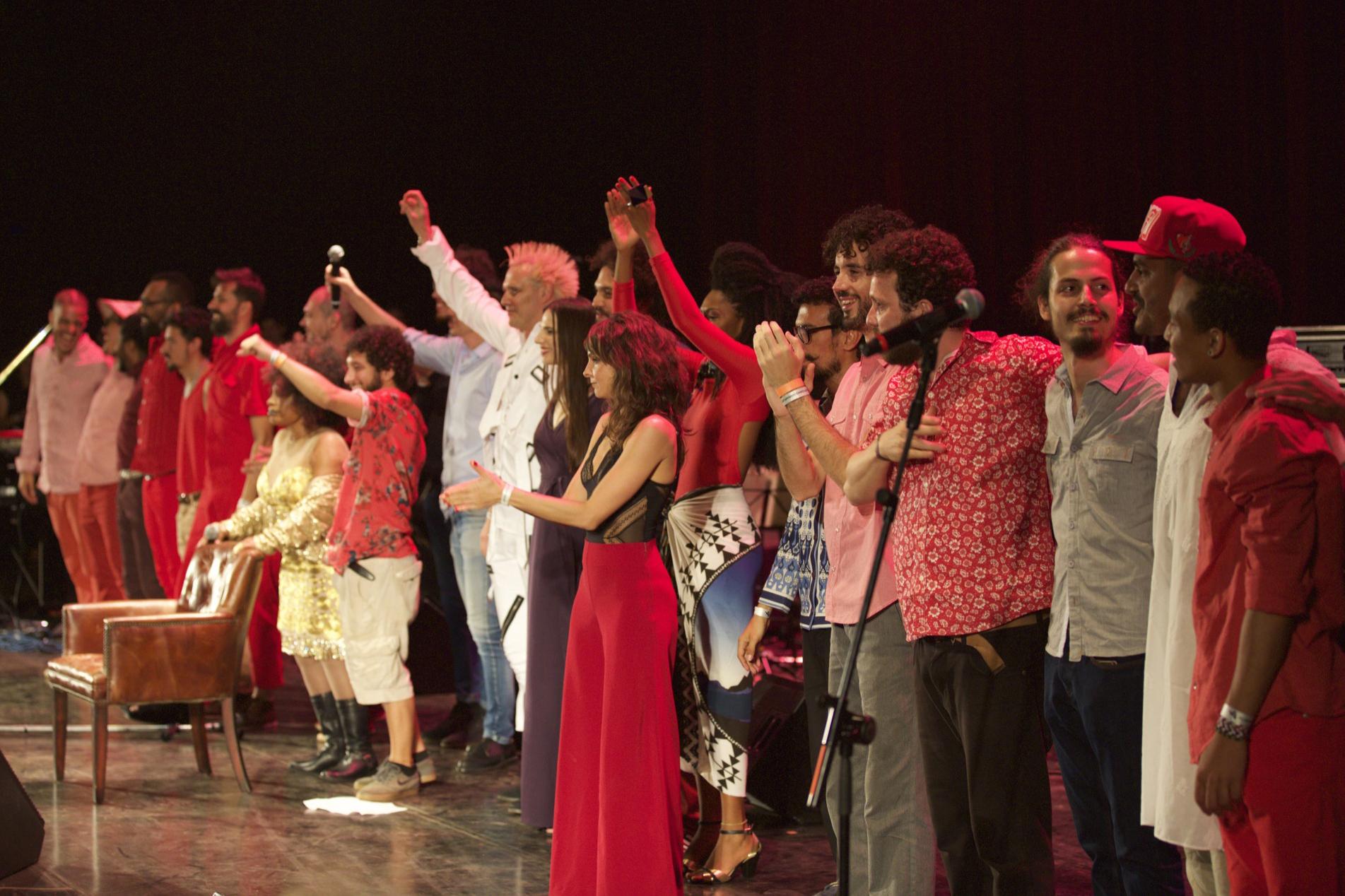 """Ao final do show, todos os artistas dividiram o palco ao som de """"Partido Alto"""""""