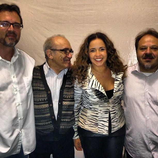 Daniela Mercury tieta o Trio Mocotó, que se apresentou com ela na abertura da festa