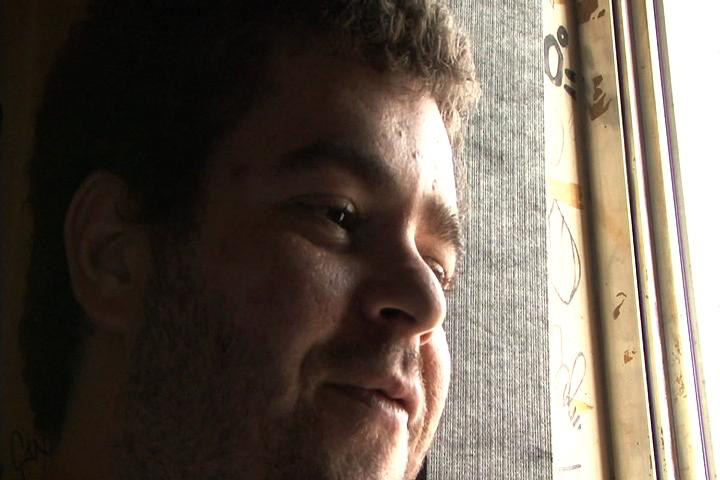O DJ Caíque discorre sobre seu trabalho na janela do quarto