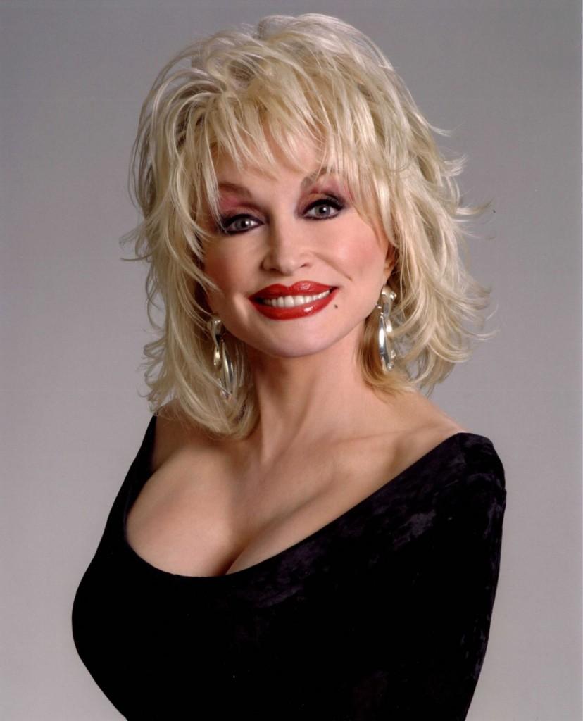 A cantora Dolly Parton segurou os seios em US$ 600 mil