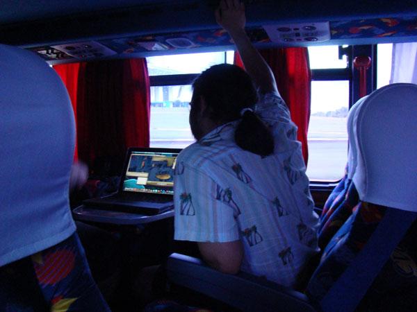 Fabrício Ofuji, trabalhando durante o trajeto Brasília-Goiânia