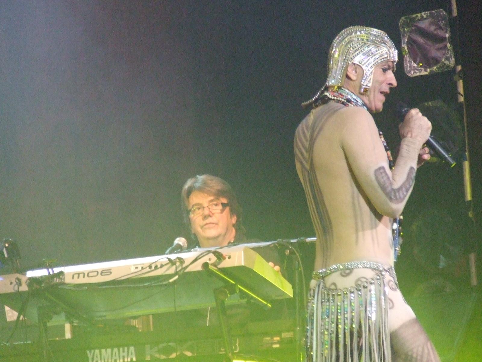Emilio Carreira e Ney Matogrosso em apresentação no espetáculo Inclassificáveis