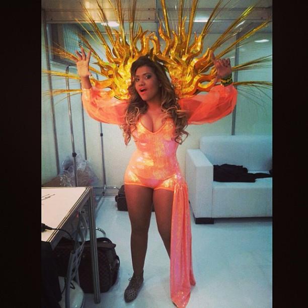 O look 'solar', literalmente, de Gaby Amarantos para o show com Elza Soares