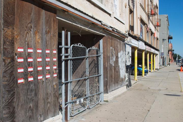 Adesivos espalhados por edifício em New Orleans