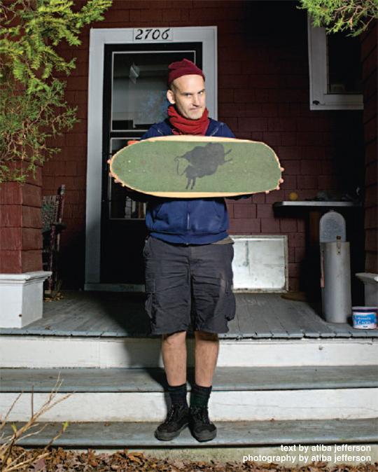 Ian Mackaye, do Minor Threat, mostra seu skate personalizado com desenho da banda