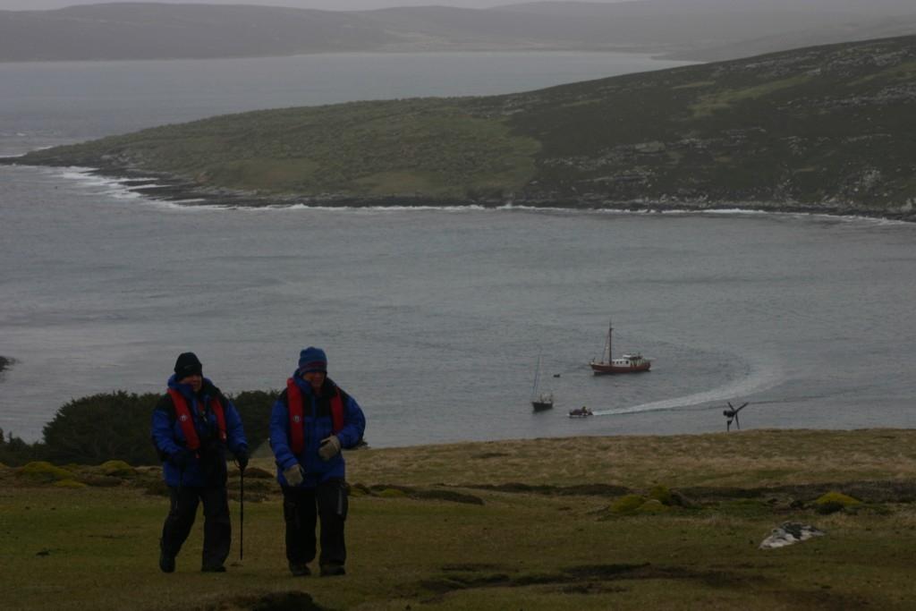 Turistas a caminho de um santuário de pinguins