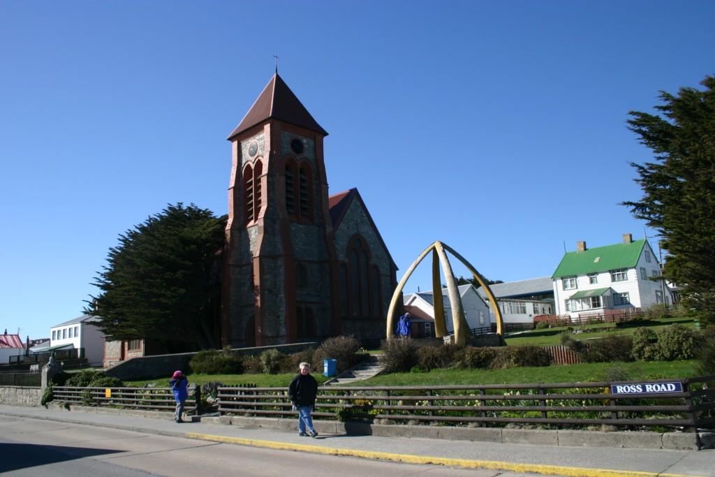 A única igreja, adornada com enormes ossos de baleia