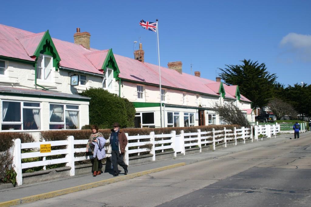 Kelpers (habitantes das Malvinas/Falkland) na avenida principal
