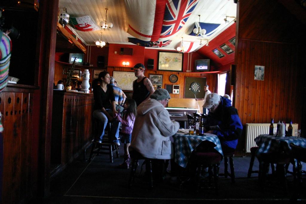 Frequentadores do Global Tavern, único pub das Malvinas