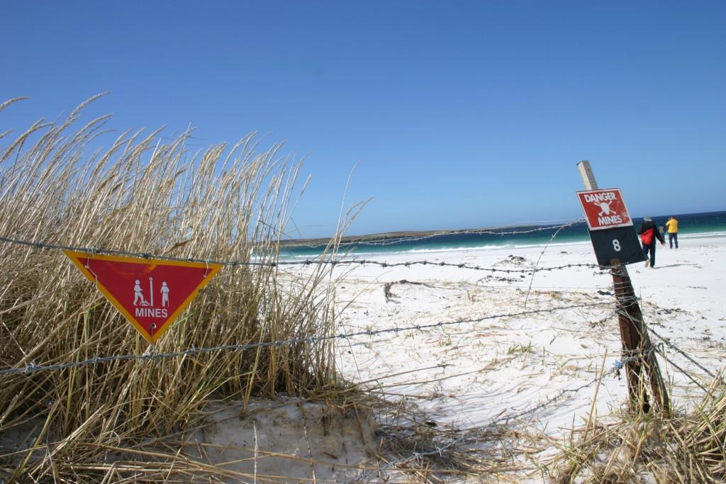 Dá pra andar em trechos da praia, mas o governo não se responsabiliza