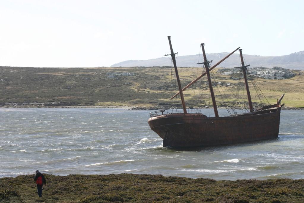 Navio encalhado em um canal bem em frente à capital, Stanley