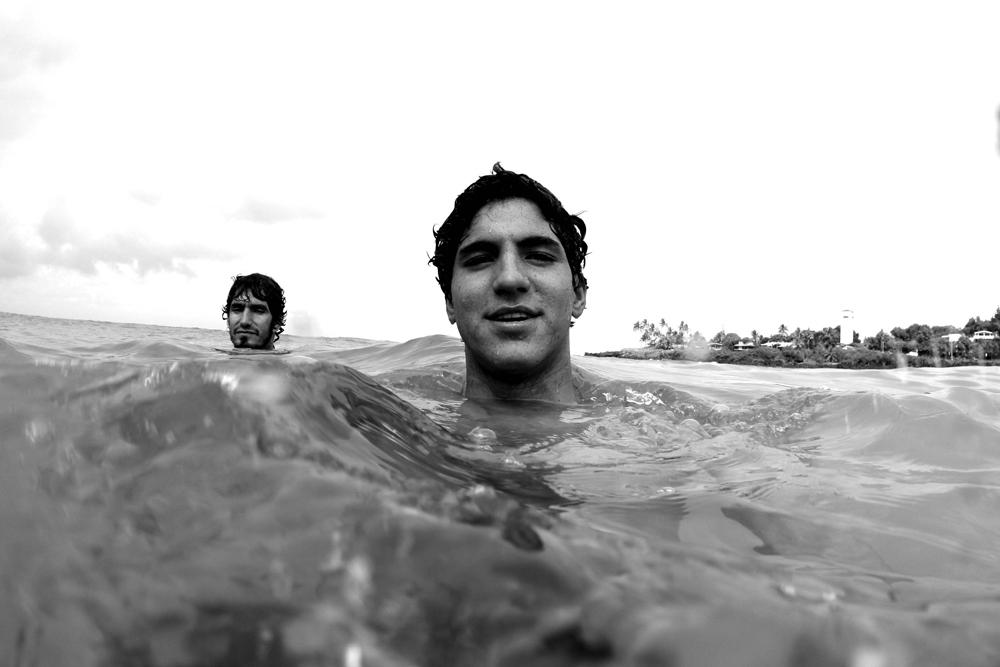 Medina e o padrasto, Charles, nas águas de Oahu, no Havaí