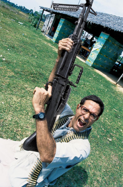Arthur em campo de tiro clandestino; Camboja, 1999