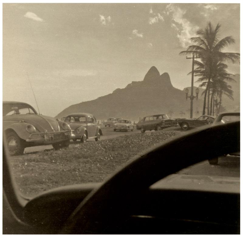 O morro Dois Irmãos visto do carro de seu Alberto, estacionado na praia de Ipanema, no fim dos anos 60