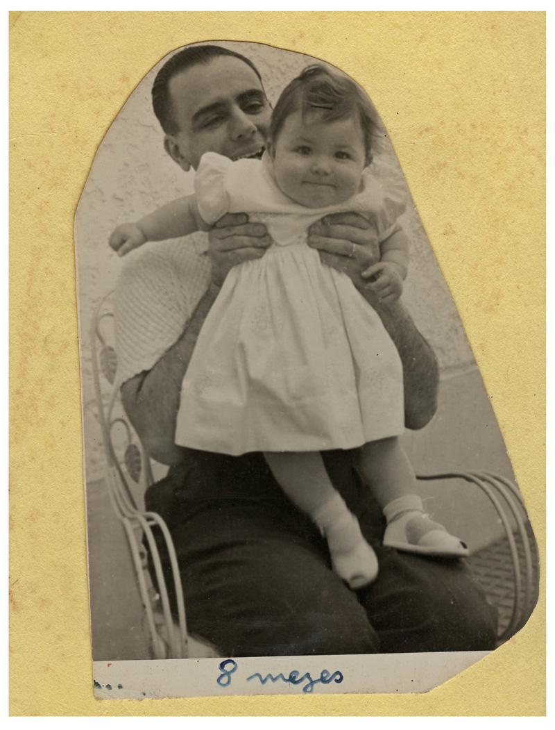 A autora deste texto, Ana Maria, com 8 meses no colo do pai
