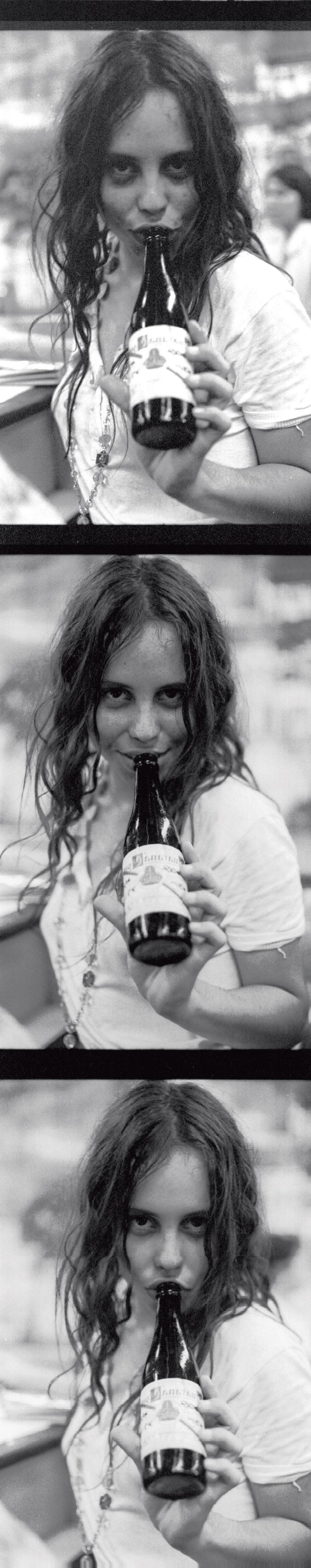 Baby Consuelo na boquinha da garrafa