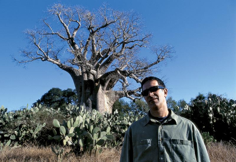 Ao lado de árvore de 1.500 anos; Madagascar, 1999