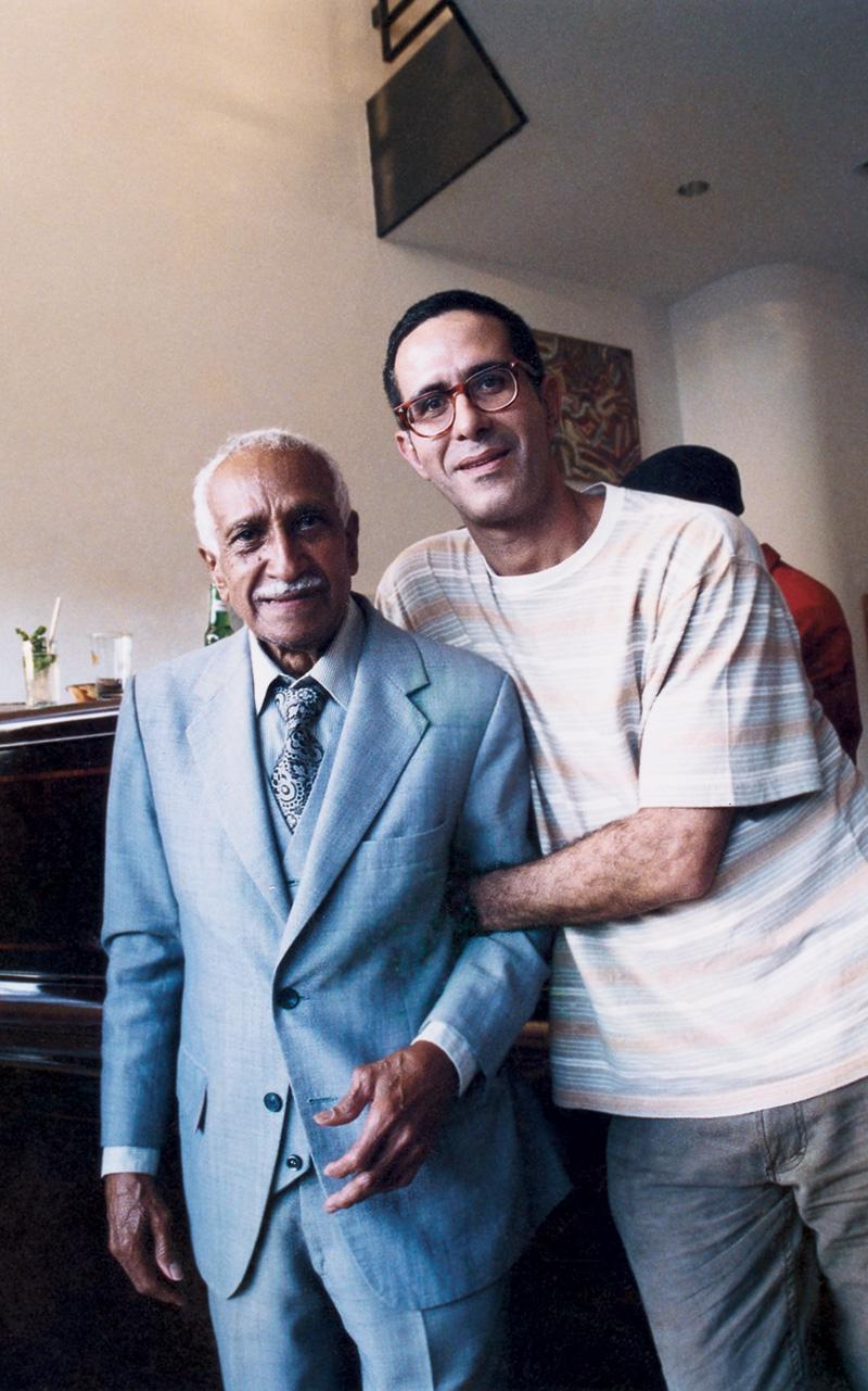 Arthur ao lado do pianista cubano Ruben Gonzalez, 1999
