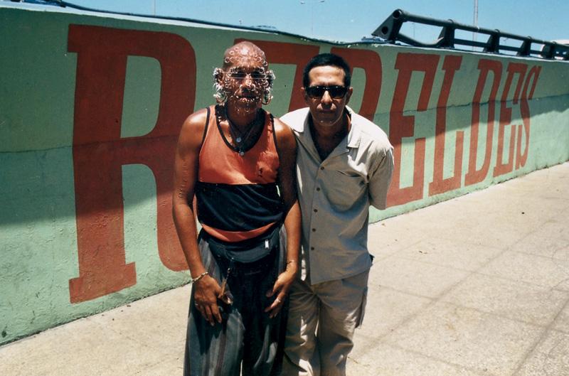 Ao lado da pessoa com mais piercings no rosto; Havana, Cuba, 1999