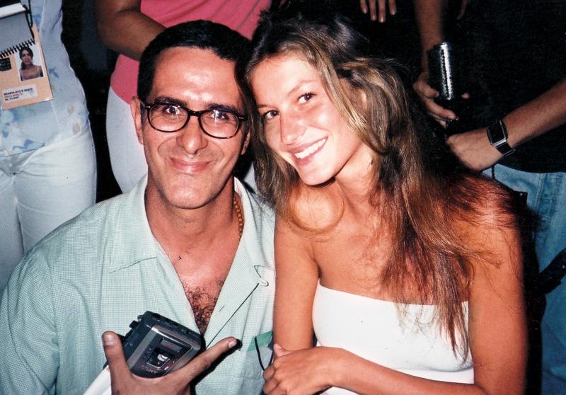 Pegou? Arthur ao lado de Gisele Bundchen; São Paulo Fashion Week, 1995