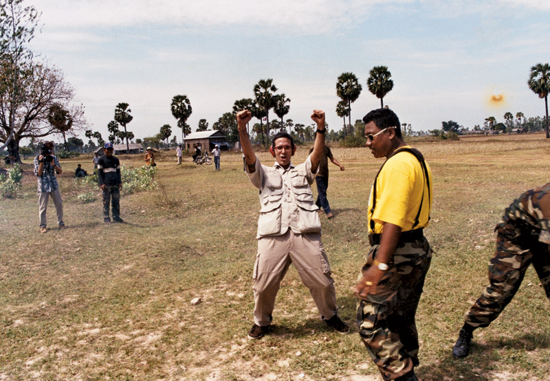 Após lançar um míssel num campo de tiro clandestino; Camboja, 1999