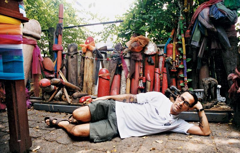 Rodeado de pirocas no templo da fertilidade; Tailândia, 2002