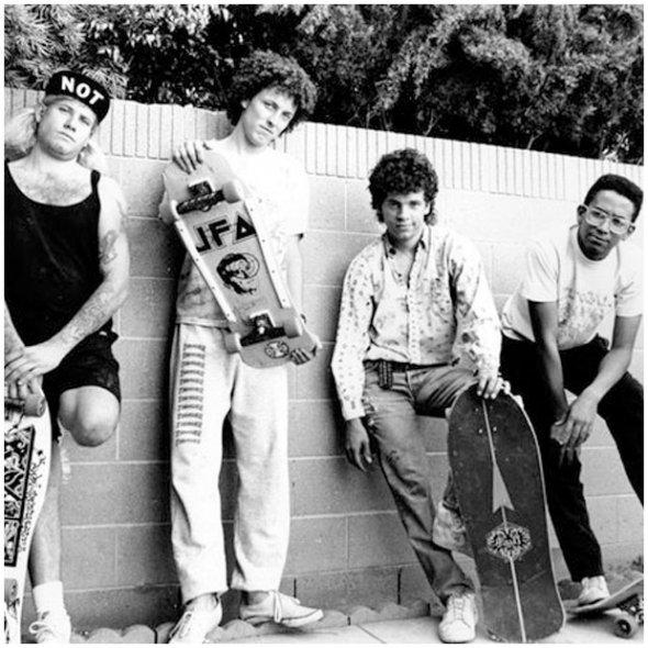 O shape da banda punk da costa oeste JFA com seus decks produzidos pela Factory 13