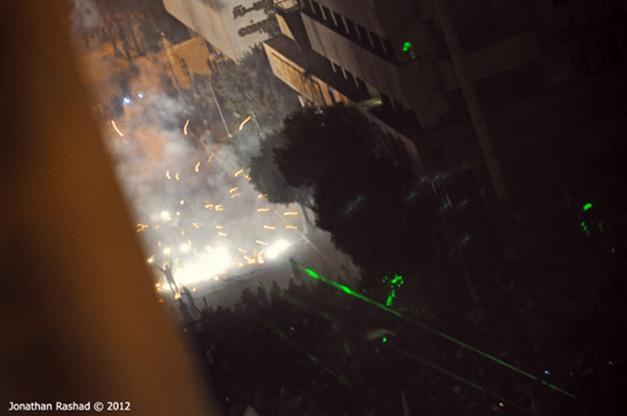 Choque entre a polícia e os manifestantes na rua Kasr Ainy, próxima a Tahir (20/11)
