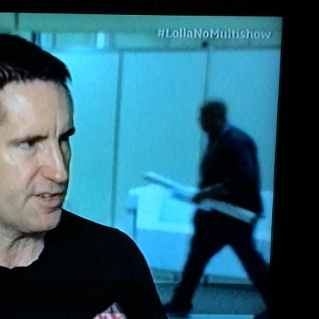 Trent Reznor descobrindo pela TV que teve 'photobomb' em sua entrevista