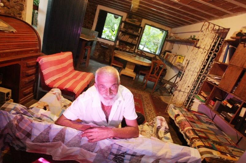 Lula Côrtes no lugar onde parte do Paêbirú foi criado