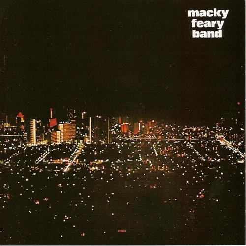 1. Mackey Feary Band, 'Macky Feary Band' (1978, Rainbow Records): é o fundador da música contemporânea havaiana. Começando com o grupo Kalapana e depois com sua própria banda, Mackey inventou um novo som das ilhas, misturando soul, rock de arena e jazz para criar música que cabe perfeitamente com o estilo de vida relaxado e tranquilo do Havaí. Canções como The Hurt representam a música pop local dos anos setenta. As estações de rádio do Havaí ainda a tocam rotineiramente. Mas a discografia de Mackey é bem mais profunda. Iniciando com o álbum de debute da banda, Macky Feary Band, você vai conhecer pedradas de qualidade, como A Million Stars e You're Young. Na minha opinião, um dos álbuns essenciais da black music havaiana porque representa um músico que está sempre empurrando o som havaiano para além de novas fronteiras, experimentando com jazz, funk e soul. Se há um lugar para começar a explorar a cena de black da ilha, é aqui