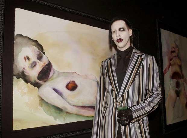 Marilyn Manson - Quando a música e os shows exuberantes de sua banda não eram mais uma válvula de escape grande o suficiente para sua angústia, o frontman partiu para as telas e foi bem recebido no circuito da arte