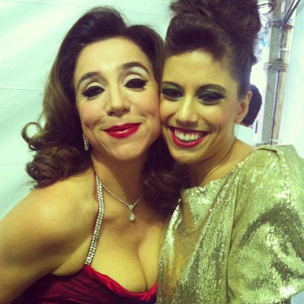 Atração principal do palco Copan, Marisa Orth posa ao lado da cantora-fã Monique Maion