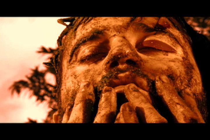"""Frame do clipe de """"Sistema Lacrimal"""", de Lirinha"""