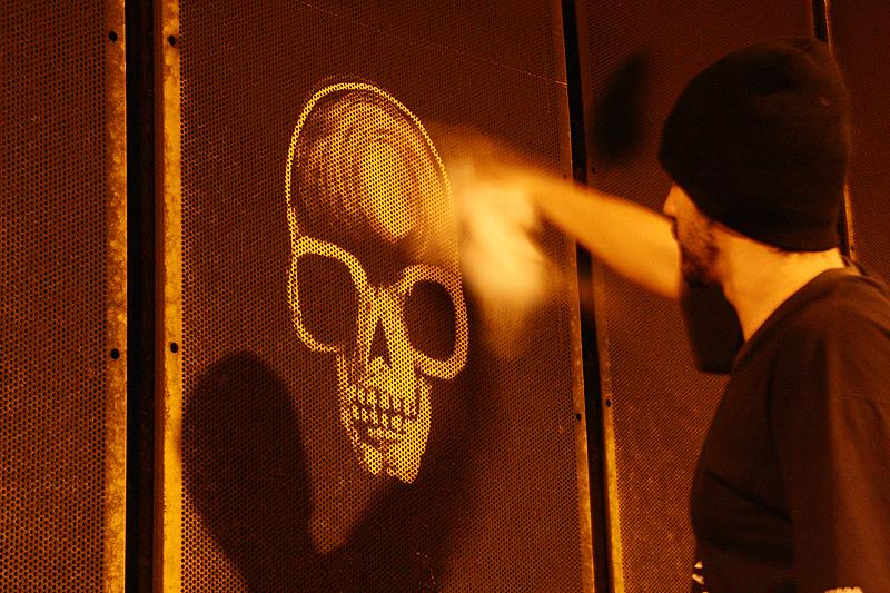 Com um pano, o artista desenhou os crânios limpando o túnel