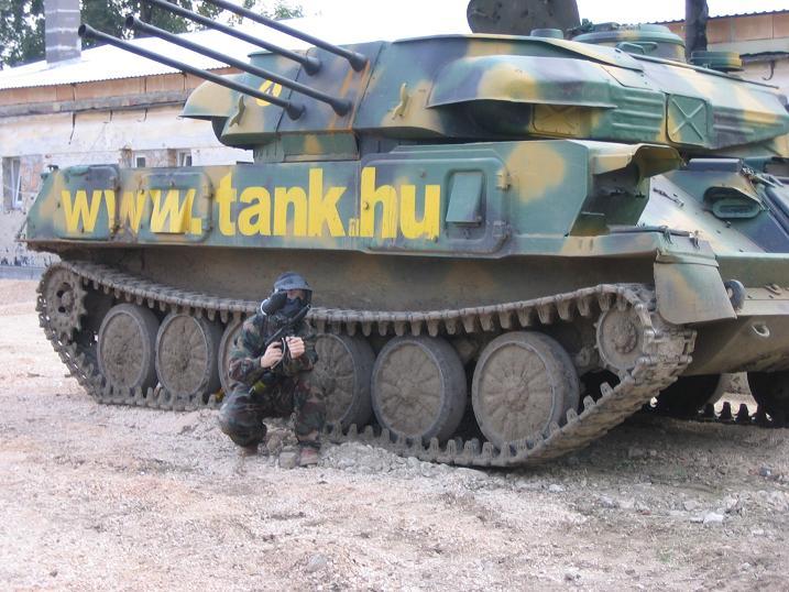 Sessão de paintball entre os tanques