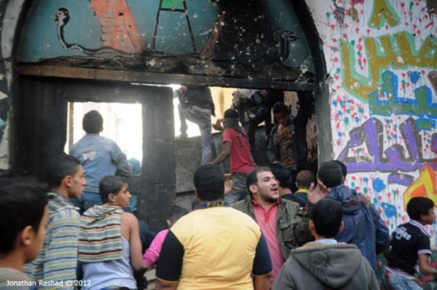 Manifestantes atacam a polícia dentro de escola no Cairo (26/11)