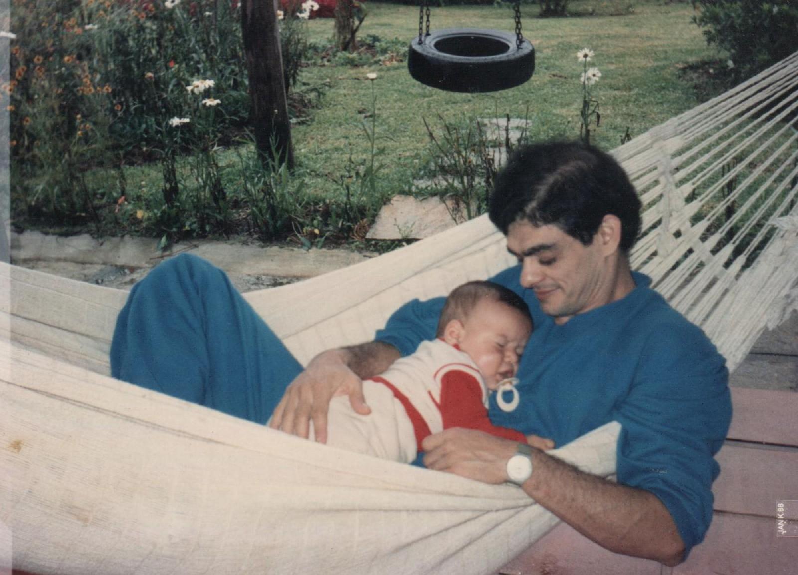 Em 1987, no sitio dos páis em Teresópolis (RJ) com o filho aos 6 meses