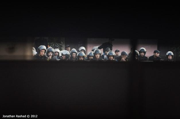 Tropa de choque aguarda no interior da escola Lycee, no centro do Cairo (26/11)