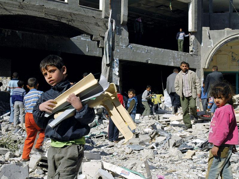 Crianças palestinas reconstroem suas casas destruídas pela guerra em Gaza