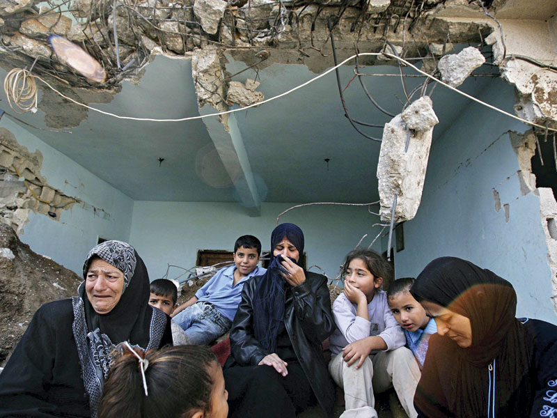 Palestinos choram pelos parentes mortos na guerra