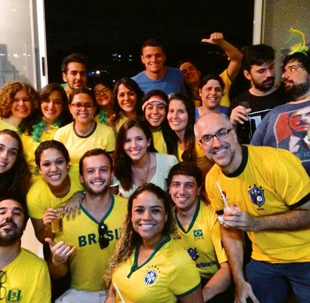 São Paulo/18h: O humorista Antônio Tabet (o Kibe Loco) se reúne com os colegas do Porta dos Fundos no apartamento do humorista Fábio Porchat