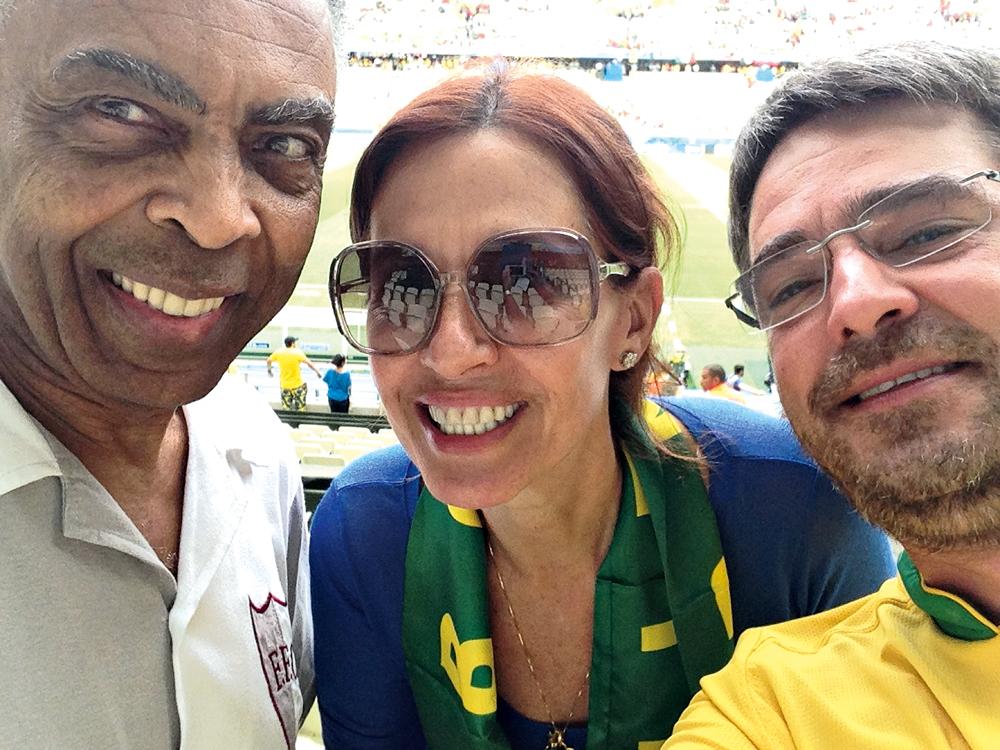Fortaleza/15h: Gilberto Gil e sua turma em dia de jogo: a mulher, Flora, os netos e amigos como Fagner e Andrucha Waddington