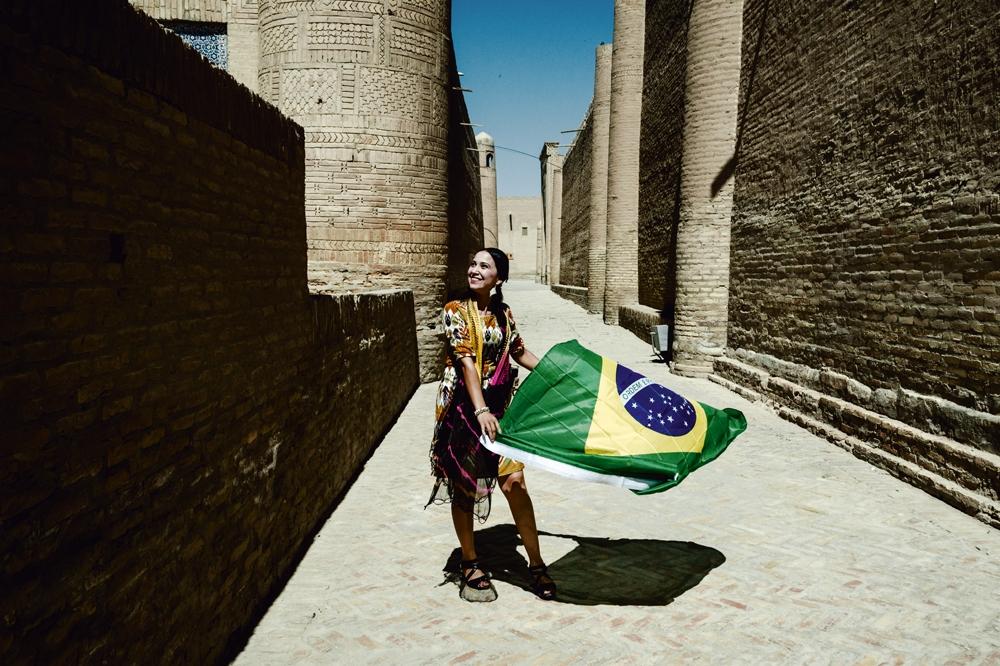 Khiva/11h45: O diretor de cinema Luigi Dias clica moradora tremulando bandeira brasileira. A seleção de Felipão é paixão no Uzberquistão