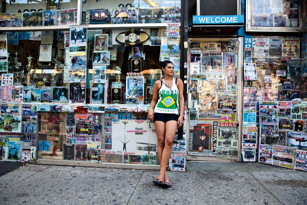 Nova York/14h: A fotógrafa Fernanda Lenz cruza com torcedora brasileira no bairro de Astoria