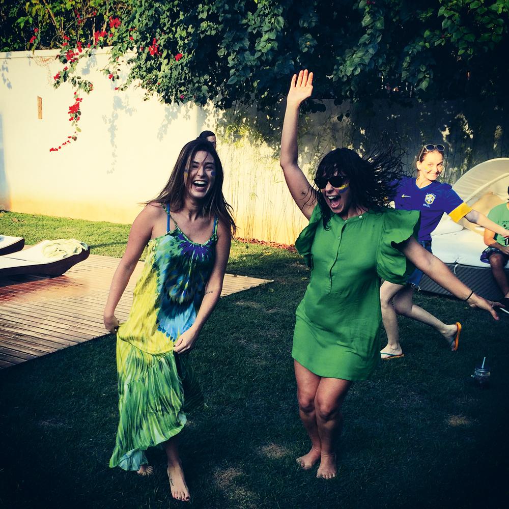 Rio de Janeiro/16h50: A atriz Fernanda Paes Leme diverte-se com as amigas Fabíula Nascimento e Fernanda Rodrigues durante o intervalo da partida