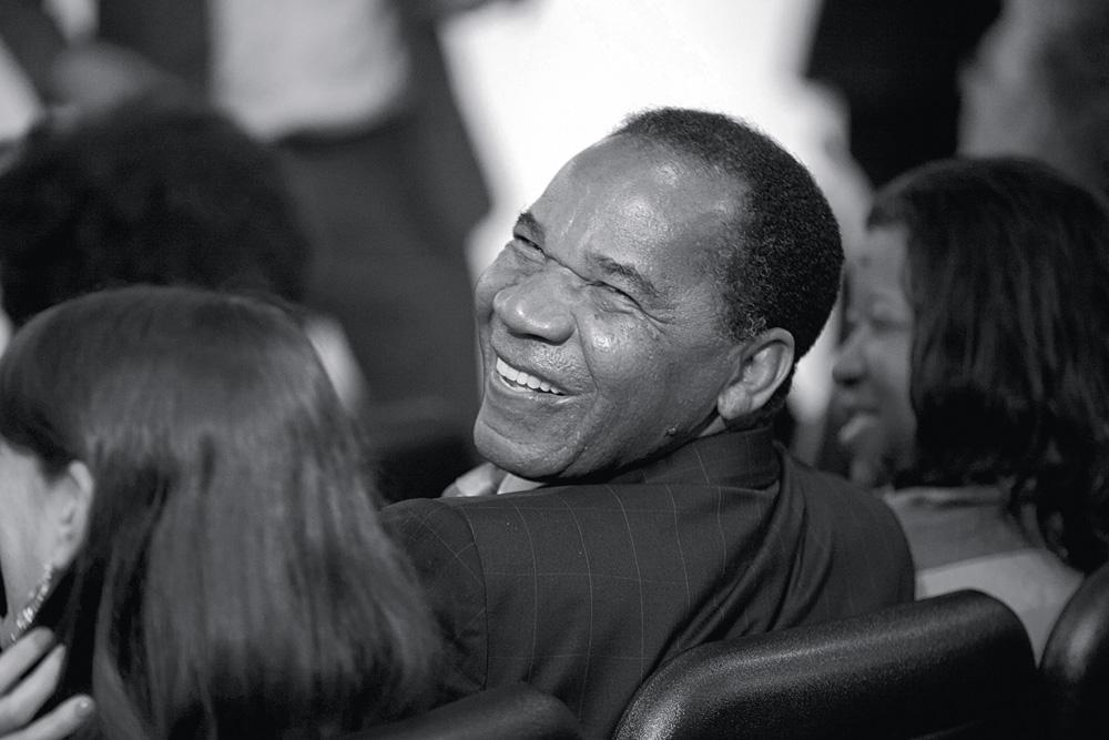 """""""Tem jeito. É necessária uma postura ativa de esclarecimento, conscientização e combate a esse tipo de manifestação. E é imprescindível construir uma cultura de valorização da diversidade, com a consequente integração e valorização da relação entre negros e brancos, e da diversidade racial no país"""", José Vicente  54 anos, advogado e sociólogo, é reitor da Faculdade Zumbi dos Palmares, única universidade de maioria negra no país"""