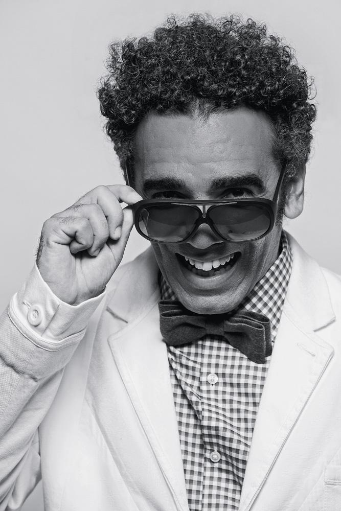 """""""Quantos professores negros existem na USP, na Unicamp ou na Unesp? Quantos médicos negros existem nos melhores hospitais de São Paulo? Quantos negros engenheiros, arquitetos, jornalistas e publicitários circulam por escritórios, redações e agências em São Paulo ou no resto do Brasil? A resposta é: poucos. A solução está na educação. Só ela pode e só ela está fazendo aos poucos essa mudança em nossa sociedade"""", Wilson Simoninha, 49 anos, cantor, filho de Wilson Simonal"""