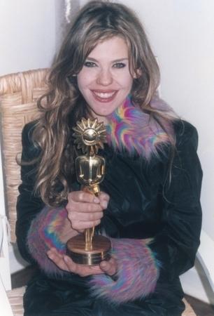 Ostentando o Kikito de ouro do Festival de Gramado pelo prêmio de melhor atriz no curta Produto Descartável, em 2003