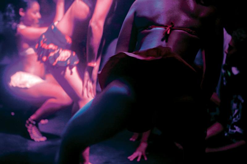 Dançarinas vão até o chão em noitada funk no Black Bom Bom